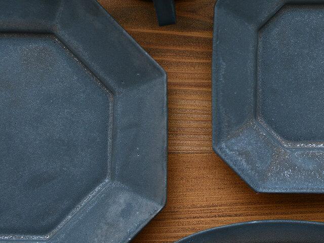 こちらの画像のような器表面のピンホールや釉薬ムラによる凸凹は、すべて作品の仕様・特性となります。