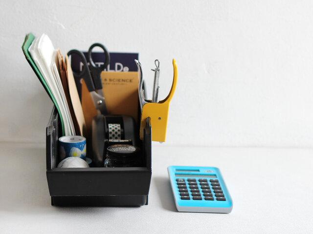 デスク周りで文房具の収納にもぴったり!こまごましたものもオーガナイザーにまとめて入れておけば、迷子になることもありません。