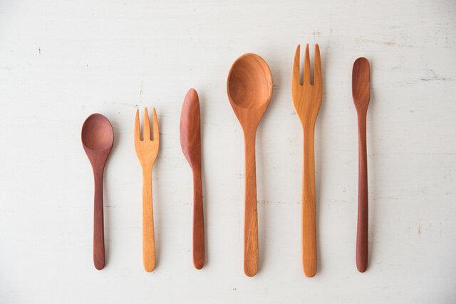 写真左よりスプーン小、フォーク小、バターナイフ、スプーン大、フォーク大、マドラー