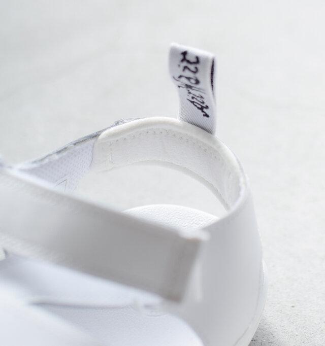 アンクルストラップの内側には擦れ防止用のパッド付き。 かかとを優しく保護してくれます。