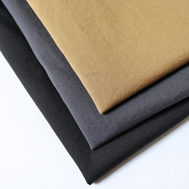 生地はオールシーズン穿けるコットンチノ。薄すぎず厚手でもない、程良い生地厚で適度なハリがあります。さらにはストレッチが効いており、動きやすく、とても穿きやすいです。 カラーはカーキ(キャメル)、グレー、ブラックの3色をご用意しました。