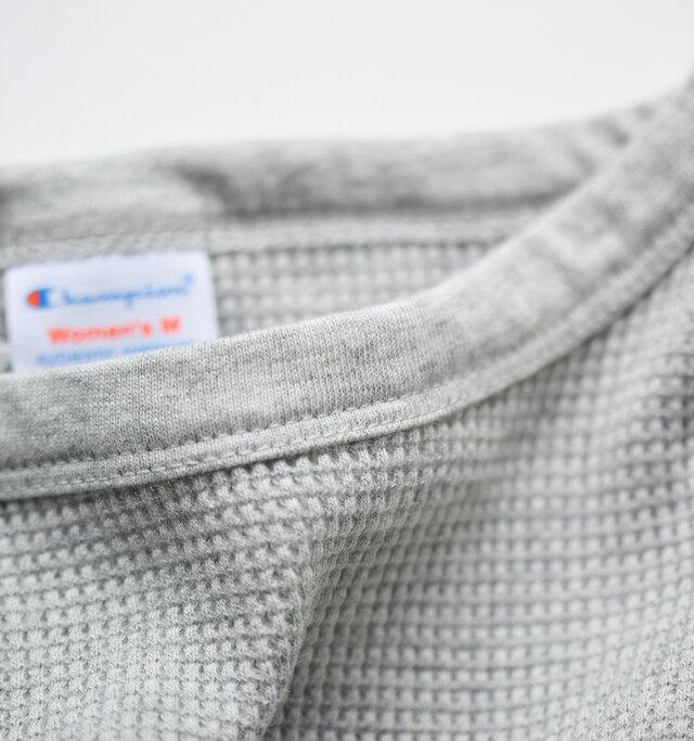 襟元はカットソー生地が施され、首元にソフトな肌当たりに。