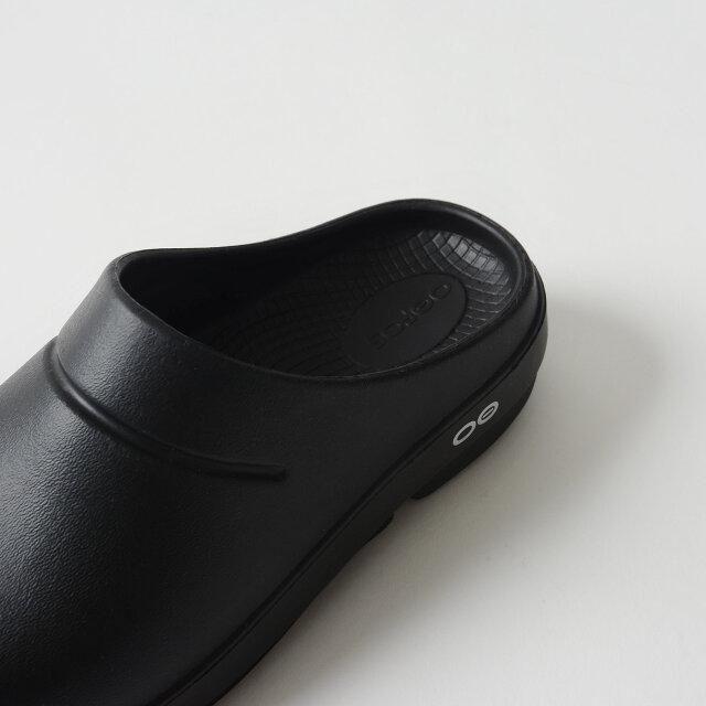 人間工学に基づいて設計されたフットベッドにより、足を優しく包み込み、土踏まずをしっかりとサポート。