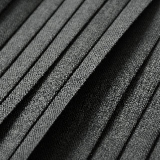 ウール100%素材をやや薄手でなめらかに織り上げた上質なファブリック。しなやかでウール特有のチクチク感を感じさせない肌触りと、ほのかな光沢が気品溢れる印象を与えてくれます。保温力にも優れ、寒さ深まる時期にも活躍してくれるスカートです。