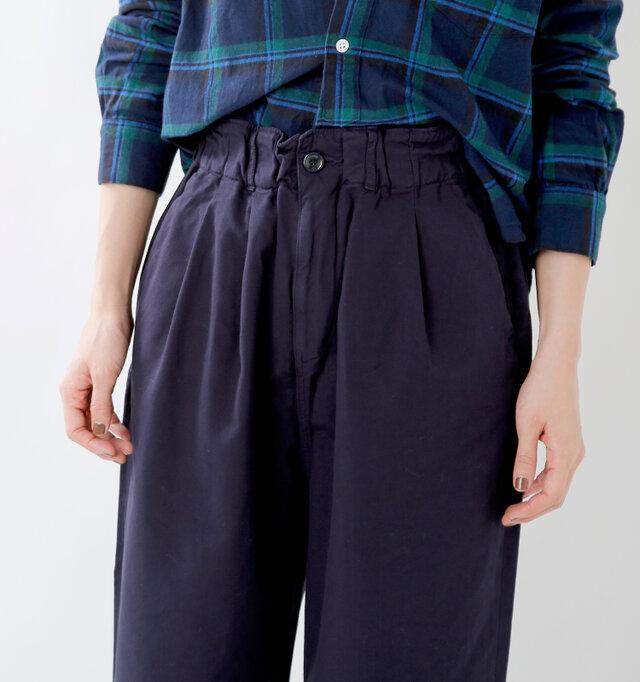 太めのしっかりとした総ゴム仕様のウエストライン。柔らかいので締め付け感もなく快適に穿いていただけます。タックインしてもきれいに決まり、シャツやカットソーもアレンジしやすいですよ♪