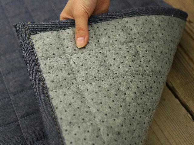 裏面にはフローリングに優しい不織布滑り止め加工が施されています。 さらに洗濯機で丸洗い可能なので、清潔に保てます◎軽量設計なので、女性一人の持ち運びもラクラクです。