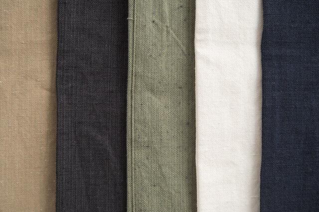 5種類のカラーバリエーション。左からチノ、ブラック、カーゴ、ホワイト、デニム。