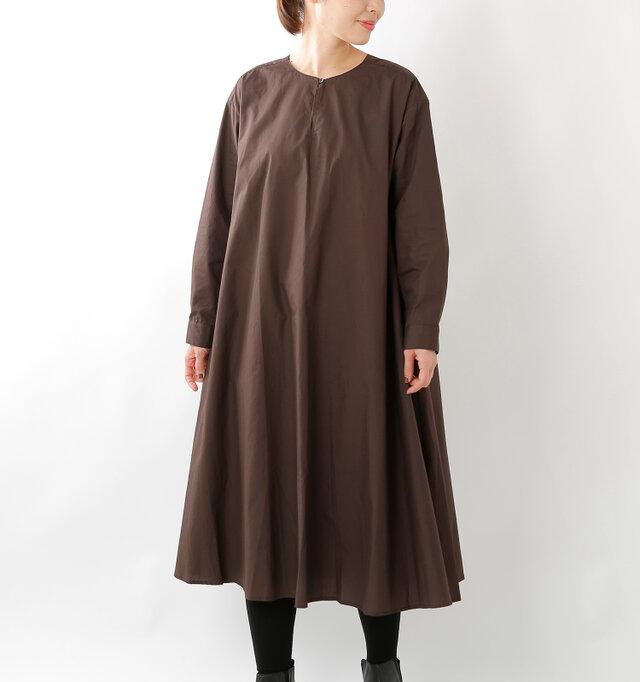 たっぷりの生地を使用したフレアなシルエットがかわいいAラインのワンピースです。狭めにデザインされたノーカラーの首元。寒い季節にはボタンを外してタートルネック等との重ね着も◎