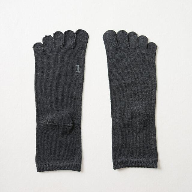 1足目の5本指ソックスは吸湿性・通気性に優れたシルク素材を使用し、指の間の湿気や汗を放出してくれます。ソックスの底には履き順のスタンプが押されています。