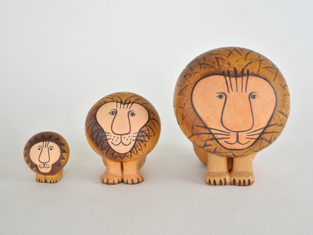 百獣の王ライオンも、Lisa Larsonの手にかかれば、なんだかキュートな雰囲気に。キリッとこちらを見つめる瞳にちょこんと揃えた前脚、全体的な丸いフォルムがたまりません。サイズ違いで飾るのもおすすめです。