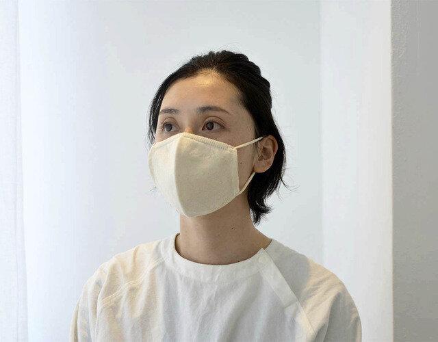 こちらは小さめサイズ (モデル着用は生成りカラーのマスクですが、今回はホワイトカラーです)