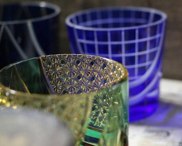 江戸時代後期に江戸で始まり、ガラスの表面にカットを入れる技術を施した硝子工芸品。回転する円盤状のダイヤモンドホイールにガラスの表面を押し当て、ミリ単位の精度で細かな模様を刻んでいく技術のこと。非常に繊細で高度な職人技が要求されます。国の伝統的工芸品・東京都伝統工芸品・地域ブランド商標認定のガラス工芸に指定され、その美しさと精緻な技巧で海外からも高く評価されています。