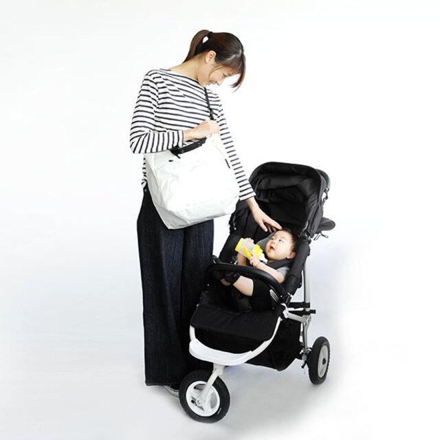 容量たっぷり、ショルダーバッグとしても使えるバッグは荷物が多くなりがちなママさん用にも◎。 ベーシックカラーから、コーデのアクセントになるようなビビッドカラーまでご用意しているのでお好みのカラーをお選びください。
