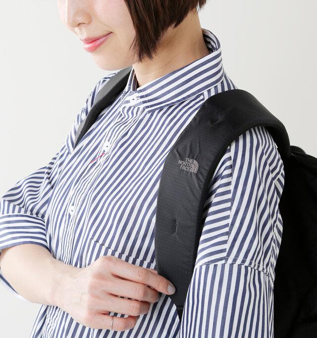 薄手ナイロン素材の軽量バックパックとあなどることなかれ!ショルダーストラップにはクッション素材がインテグレートされ、長さも自由に調整が可能です。これなら雑誌や書類を入れても安心ですね。