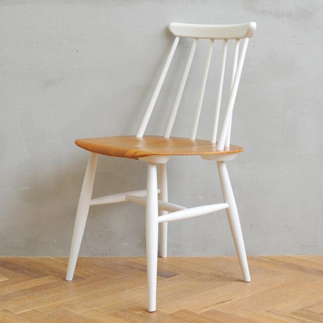 ホワイトに塗装したフレームとチーク座面のコントラストは、清潔感あふれる印象です。