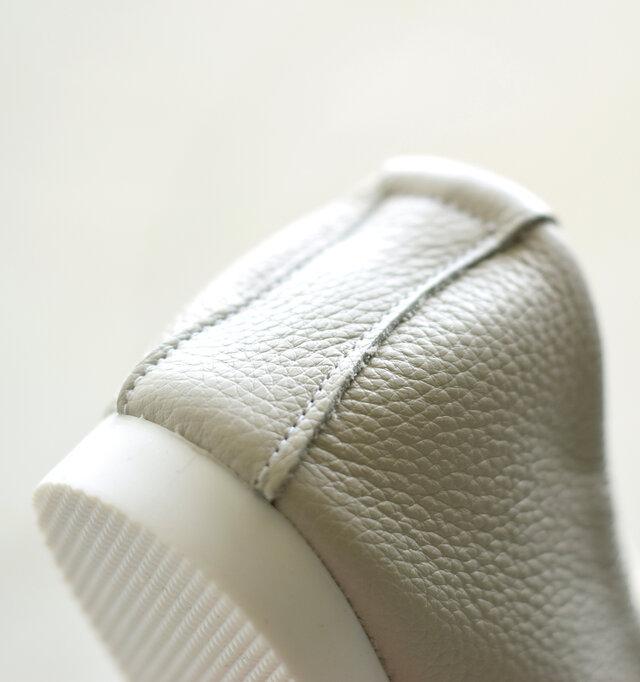 合成ゴムを採用し、細かい凸凹のデザインが魅力のソール。すべりにくく、安定感のある履き心地を味わえます。かかとにもつま先にも芯を入れずに成型することで、よりやさしいフィット感が実現。