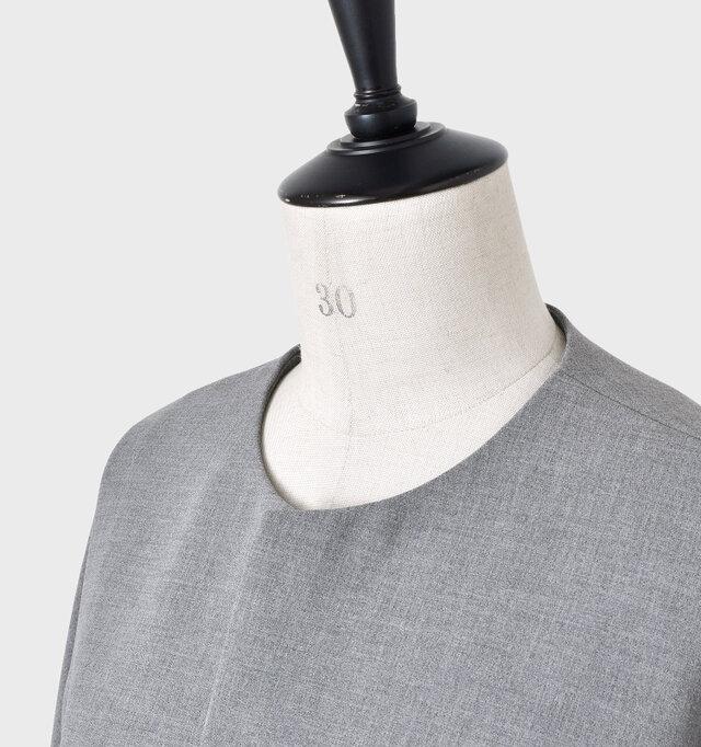 コンパクトなクルーネックラインで首元をすっきりと演出。ボタンはなく、さっと羽織りやすいです。