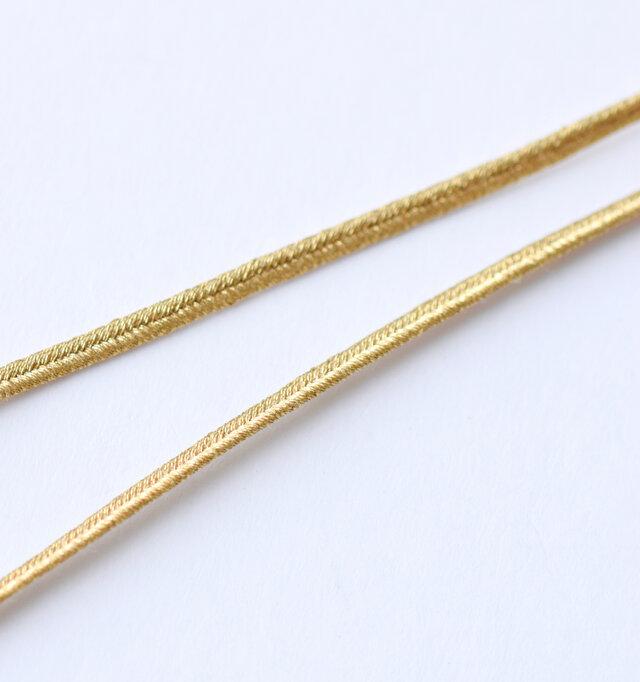 金属アレルギーや汗でかぶれる方にも使いやすいコードタイプ。キラキラ光を反射するゴールド糸を使用しています。