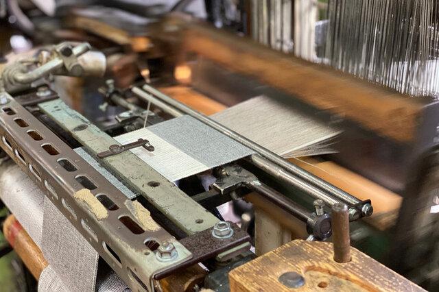 100年前の織機から織る様子