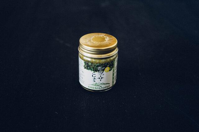 沖縄の気候風土で育ったシークヮーサーと青唐辛子、泡盛をブレンドして作られた「シークヮーサー胡椒」。