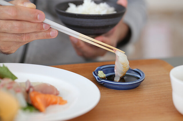箸休めというネーミングですが、 実は、色々な用途で使えるマルチアイテム。 スプーンを使わない時は、 薬味入れにしたり・・・ 醤油皿にも・・・ お漬物いれにも!