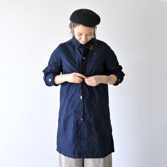 ベーシックなステンカラーデザイン。さらりと羽織ったり、すべて閉めてもすっきり着こなしと、どちらでもカッコよく決まります。