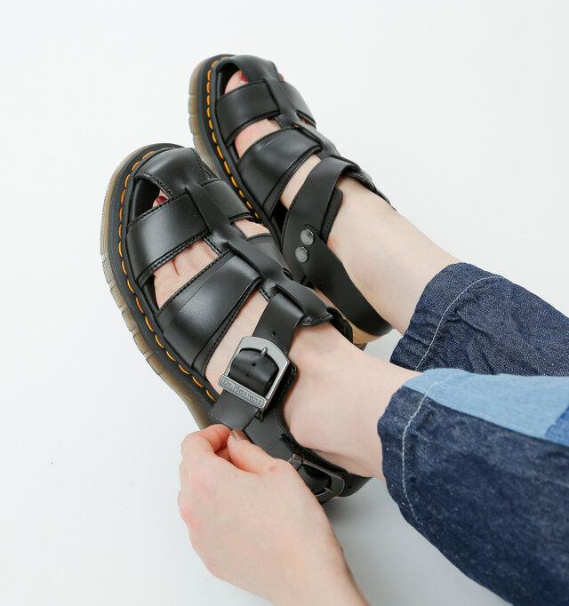 アーチ部分のベルト、バックストラップは5段階で調節可能なので、お好みのフィット感で履けます。