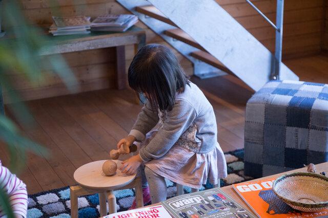 ローテーブル代わりに、お子さんの遊び場にしても。自然素材に多く触れることは、ゆたかな心の成長につながります。