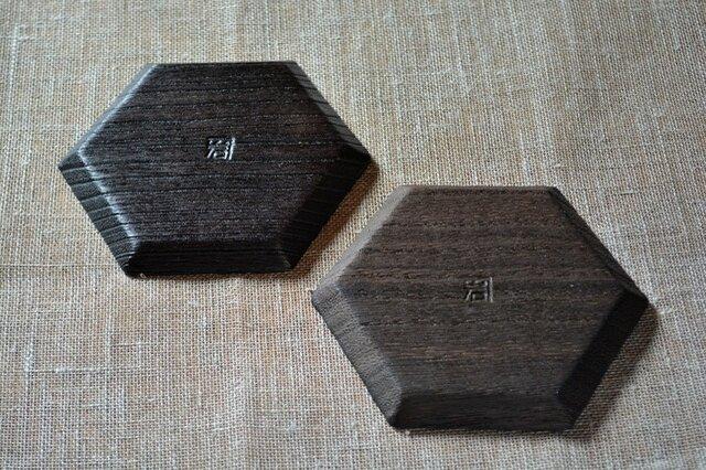 左:六角トレー「拭き漆仕上げ」, 右:六角トレー「ウレタン仕上げ」