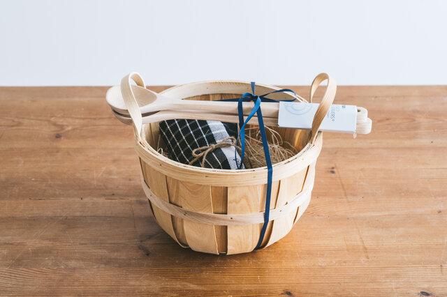 【セット内容】 ・Irmaサラダサーバー ・Irmaキッチンタオル ブラック ・Irmaハンドルバスケット ※リボンをかけて、お包みします。