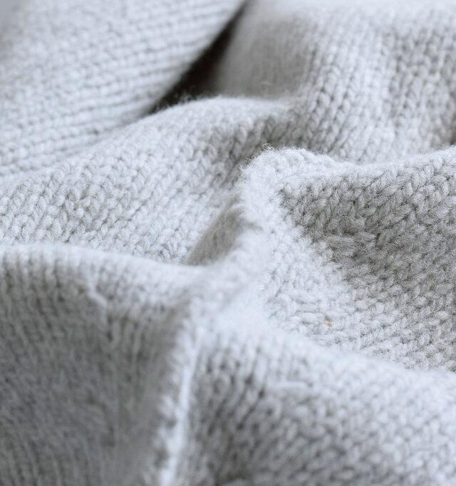 ラムウールは生後5~7ヶ月前後までのメリノ種の仔羊から刈り取られる羊毛。ウールよりもさらに繊維が細いため、光沢があってしなやか。