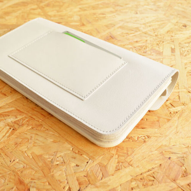 背面には、ICカードやチケットなどがすぐに取り出せる収納ポケット付き。