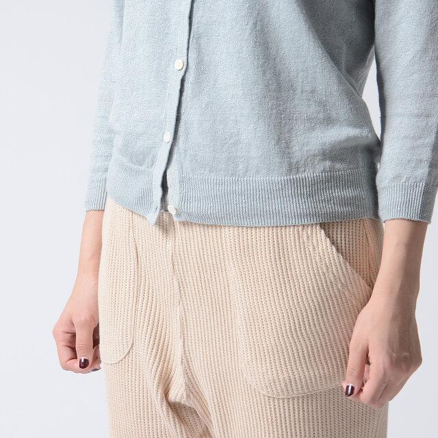 袖口と裾はリブ仕様。やや細めに絞り、シルエットにメリハリを与えてくれます。