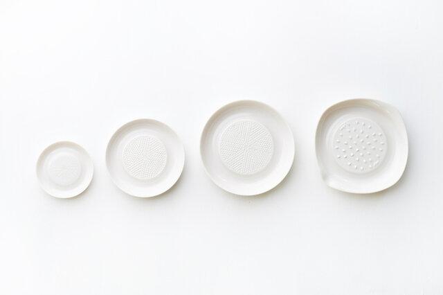 左からセラミックおろしの小、中、大のサイズ、サラダとジュースのおろし。