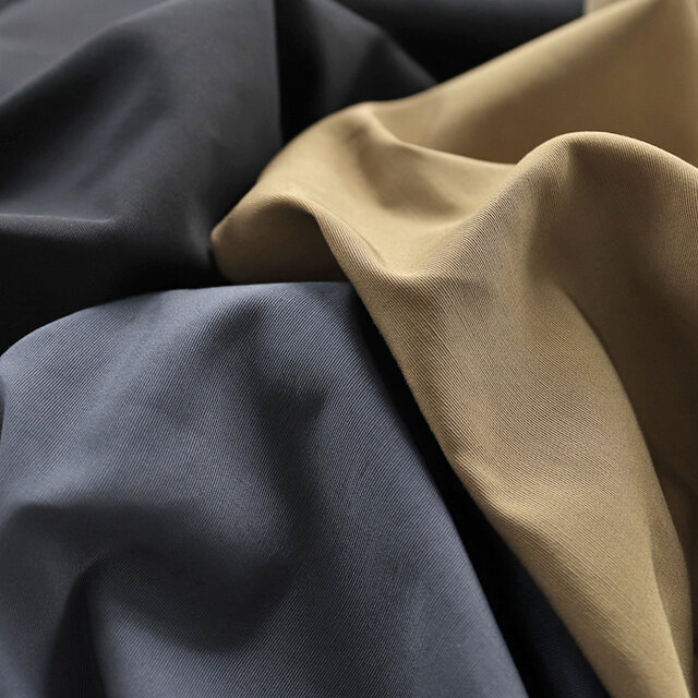 カラーは、ベージュ、グレー、ブラックの3種類をご用意。 春と秋など、季節の変わり目に重宝するライトアウターです。