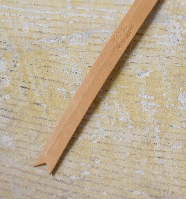 レザーの内側に芯材が入っているので、お好みの形に自由に曲げ伸ばしすることができます。