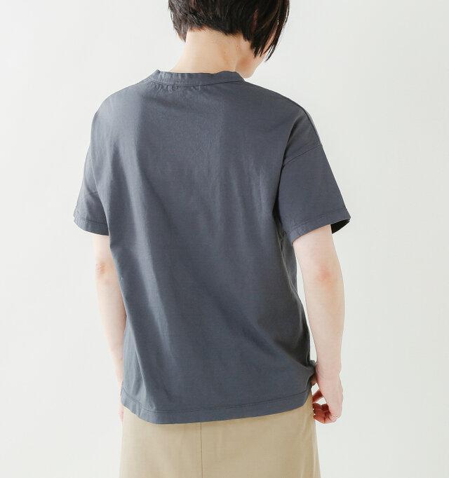 余裕のある身幅に肩を落としたディティールでヌケ感を出し、1枚で着てもサマになるデザインに仕上げています。少し肩を落とした仕様で、リラックスした雰囲気になります。