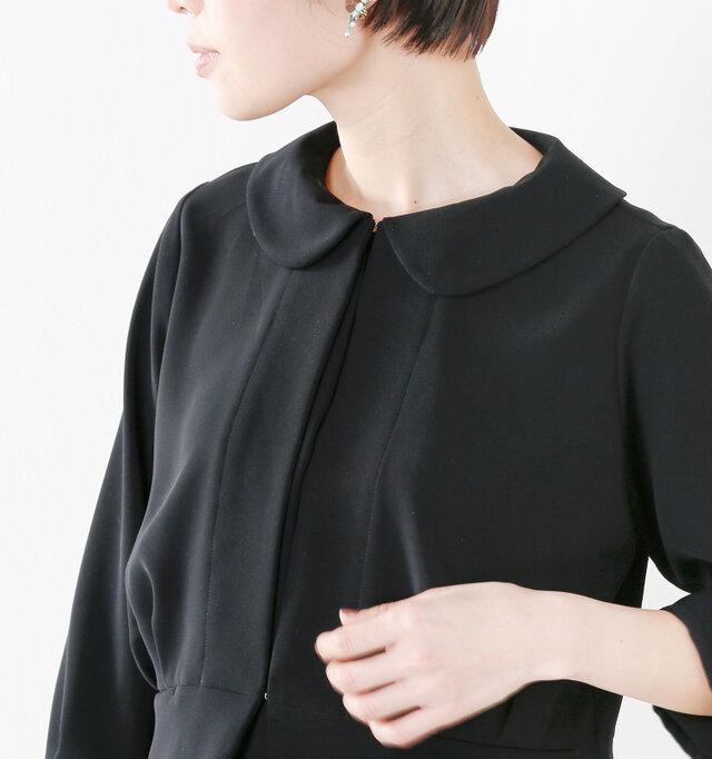 大きめのラウンドカラーが印象的な襟元。ワイドな広がりで甘くなり過ぎず、程よくフェミニンさが漂うディテールとなっています。ホックは襟元と裾に1箇所ずつあしらわれ、きちんと感を演出してくれます。