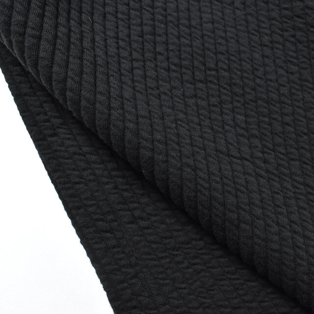 カットソーのストレッチキルトでは珍しいストライプ柄を使用。程よく肉厚で、ふっくらとした柔らかな生地に仕上がっています。