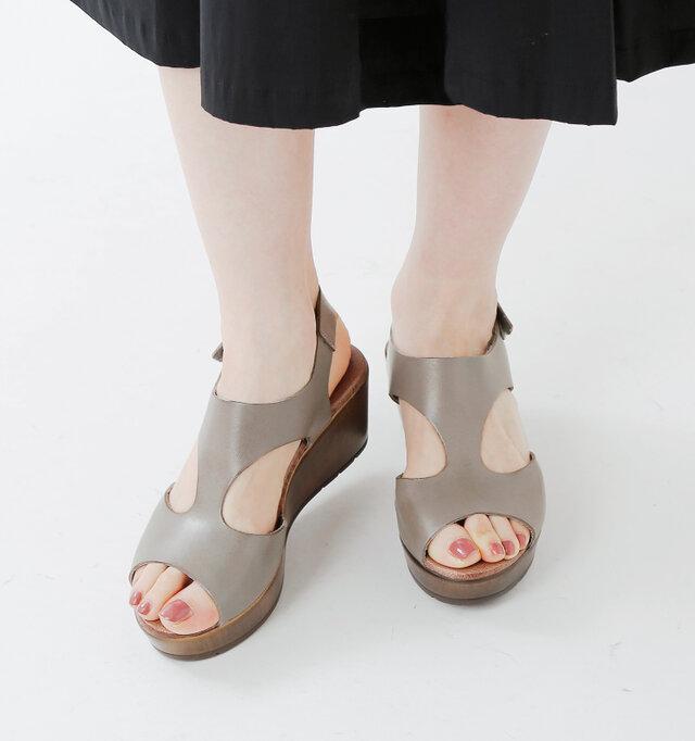 足全体をしっかりと包み込むデザインなので、ホールド感にも優れています。足指を上品に見せるので、ペディキュアも映えます。