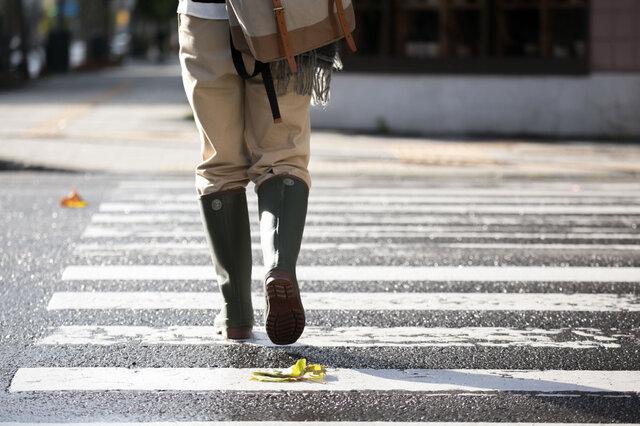 耐久性・足入れ・質感を重視した高機能とヘビーデューティーな外観。 一足一足、熟練のクラフツマンが厳選されたパーツやマテリアルを使用し、手作りで製作。 「職人の息づかいまで聞こえてくる。」そんな靴に仕上げました。