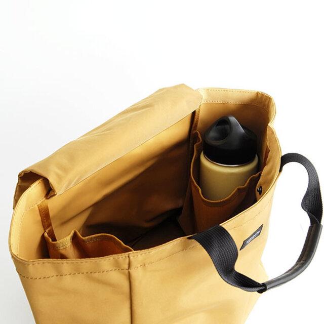 片手で持てる小ささながら、底マチと横マチがしっかり付いているので、食品の買い物などに使えるほど容量はしっかりと入ります。サイドのポケットにもゆとりがあり、ポーチや大きめなお財布も収納できます。