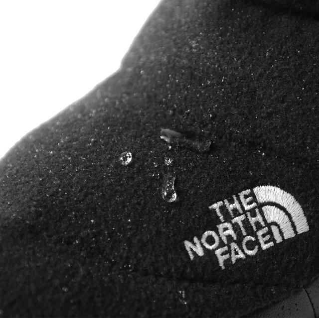 撥水加工を施した圧縮ウールのアッパーは、見た目とは裏腹にしっかりと雨や雪などの水分を弾いてくれます。撥水効果が薄れてきたと感じたら再度撥水スプレーを振りかけることで効果を持続。アッパーにはお馴染みのブランドロゴがさりげなく刺繍されています。