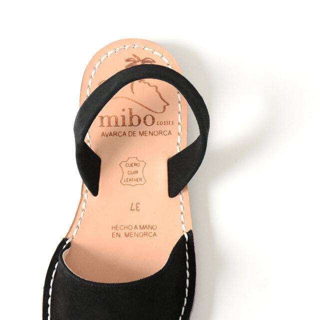 ソールにはレザーを採用しており、足に自然に馴染む履き心地の良さを味わえます。 着脱が楽ちんなバックストラップ付き。
