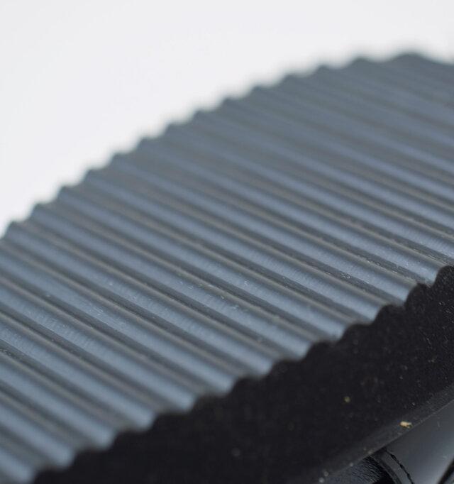 滑りにくいラバー製のアウトソールは全面に溝を入れた、グリップ力を高めるデザイン。
