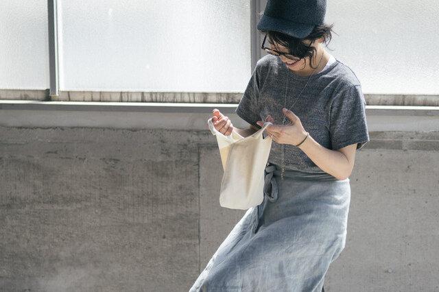 小さいサイズのバッグはあっても、必要なものがなかなか入らなかったり、生地が固くてバッグに忍ばせておけなかったり。