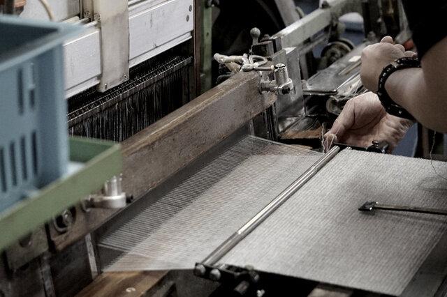 昭和中期のシャトル初期 もともと着物を織っていた織機を改造し、ショールを織りなす