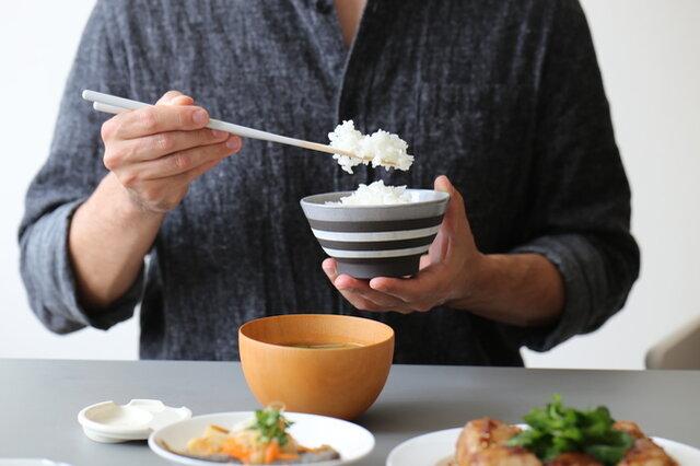 和食器だけでなく、洋食器でも合わせやすいデザインとカラーが嬉しいポイントです。 食洗機も電子レンジも使えるのでとっても便利。  お茶碗を変えるだけでも、いつもと違った風景に見えて楽しめたりしますよね♪ 大小のサイズ展開もあり、家族でお揃いのお茶碗を並べて食卓を囲むこともできますよ!