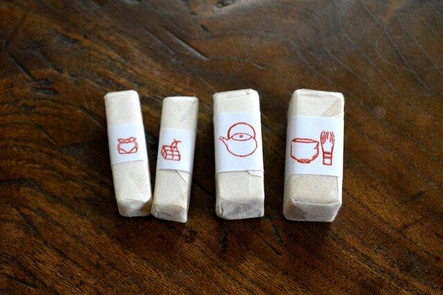 左より、「風呂敷包み」「小包」  「急須」 「茶碗と茶筅」