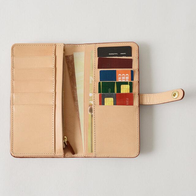カードは10枚としっかり収納することが可能。 両側にあるカードポケットには厚さのあるカードもスムーズに出し入れしやすいよう、細かな調整が行われています。